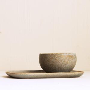 Teller und Schale in taupe mit Struktur