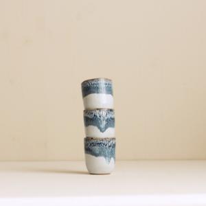 kleine Espressobecher in graublau weiss