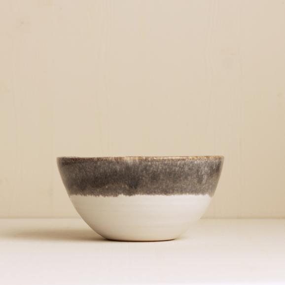 handgetöpferte Schüssel von onomao in steingrau