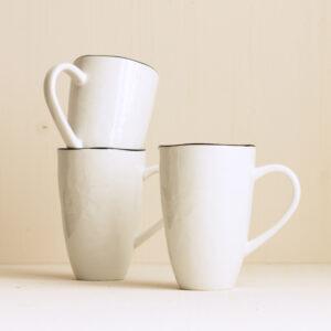 weisse Kaffeebecher mit schwarzem Rand Keramik