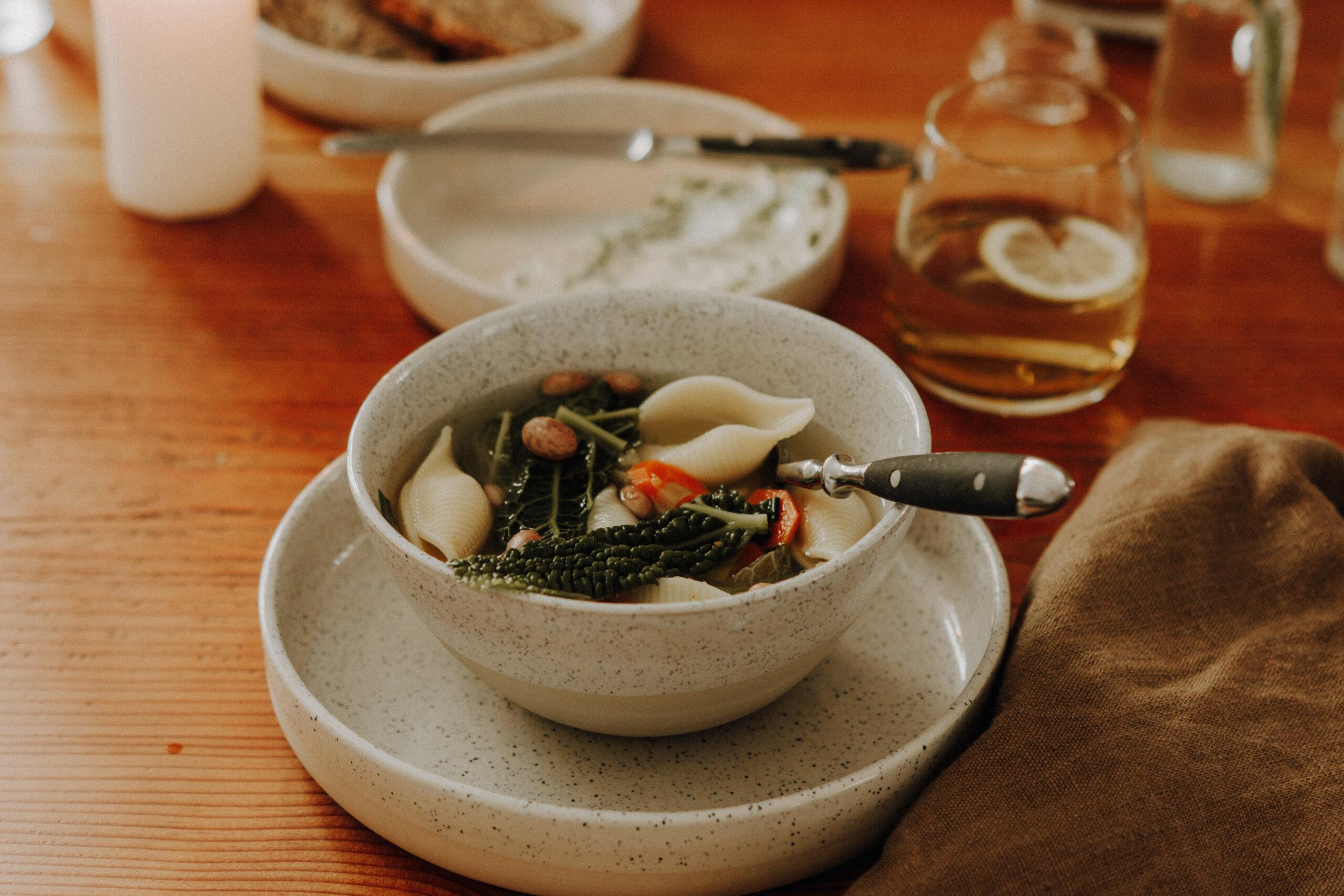 Gedeckter Frühlingstisch Bei Blumenthals mit portugiesischer Keramik und bunter Gemüsesuppe
