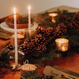 Weihnachten Tischdekoration in gruen natur